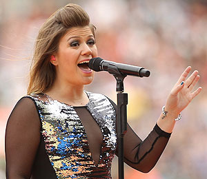 Extra Scoop: Kelly Clarkson Reveals She's 'Never Been in Love'