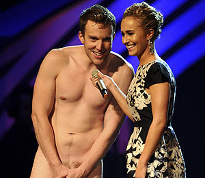 Extra Scoop: Hayden Panettiere Surprised by Onstage Streaker at MTV EMAs