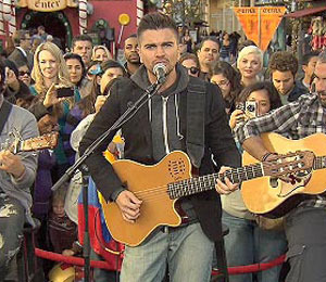 'Extra' Raw: Juanes Performs LIVE at The Grove