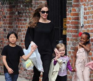 Extra Scoop: Angelina Jolie Makes Motherhood Look Easy