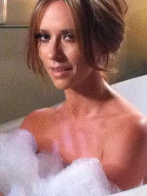 Extra Scoop: Jennifer Love Hewitt Bubbles Up