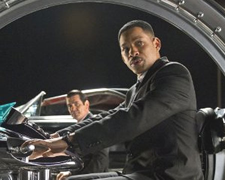 Movie Clip! Will Smith and Josh Brolin Give Chase in 'MIB 3'