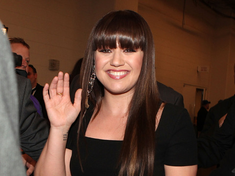 Extra Scoop: Kelly Clarkson Back in the Competition with 'Duets'