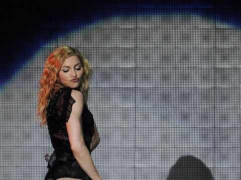 Extra Scoop: Now Madonna Flashes Her Booty