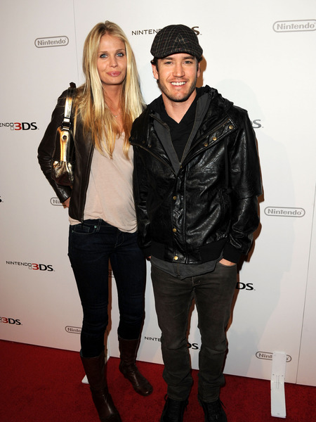 Extra Scoop: Mark-Paul Gosselaar Weds Long-Time GF