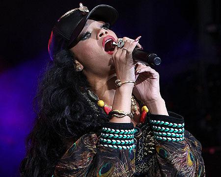 Extra Scoop: Rihanna, Frank Ocean to Perform at VMAs