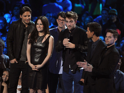 MTV VMAs: Robert Pattinson Presents 'Twilight' Trailer