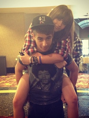 Extra Scoop: Paris Jackson Tweets Pic with BF?