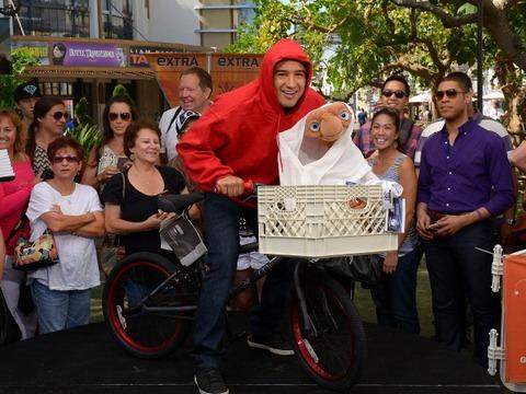 Pic! Mario Lopez the 'Extra-Terrestrial'