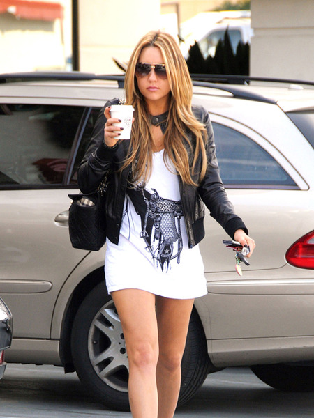 Amanda Bynes Denies Being Naked in Tanning Salon Lobby