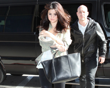 Selena Gomez Visits Reseda Hospital, Justin Bieber Waits in the Car