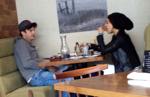 Pic! Ashton Kutcher and Mila Kunis Spied in Chicago