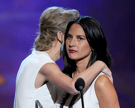 People's Choice Awards Highlights: Taylor and Olivia, Xtina Emotes and More!