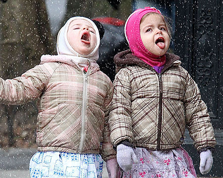 Pic! Sarah Jessica Parker's Twins Catching Snowflakes