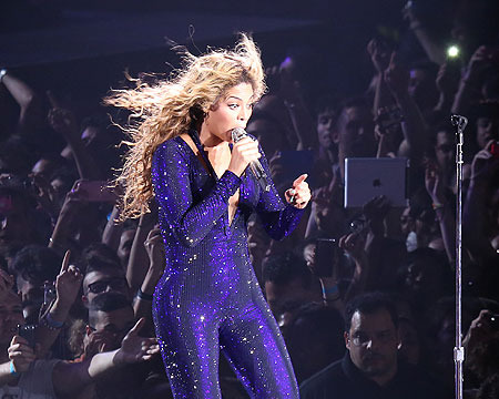 Video! Beyoncé Pulled Off Stage by Shirtless Fan