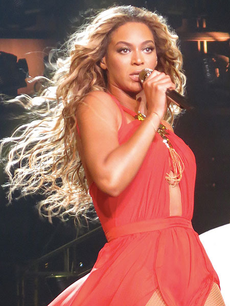 Beyoncé's Hair Gets Caught in Fan… She Keeps Singing!