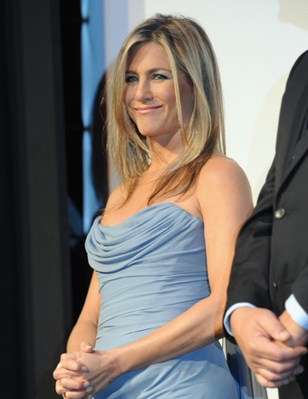 Jennifer Aniston Steps Out as Pregnancy Reports Are Denied
