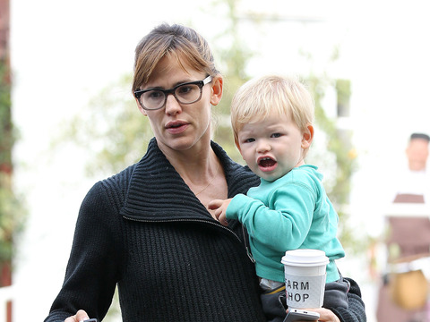 Extra Scoop: Jennifer Garner Turns Tables on Paparazzo