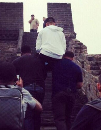 Outrageous Pics! Bodyguards Carry Justin Bieber Up Great Wall of China