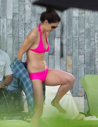 Katie Holmes Rocks Hot Pink Bikini in Miami, Suri ... Katie Holmes Divorce