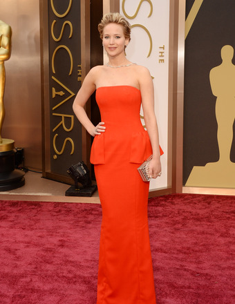 Oscars 2014: Jennifer Lawrence Falls Again, This Time on the Red Carpet!