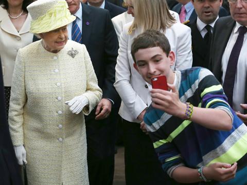 royal-photo-bomb