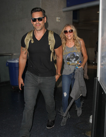Eddie Cibrian and LeAnn Rimes held hands while arriving to LAX from Miami.