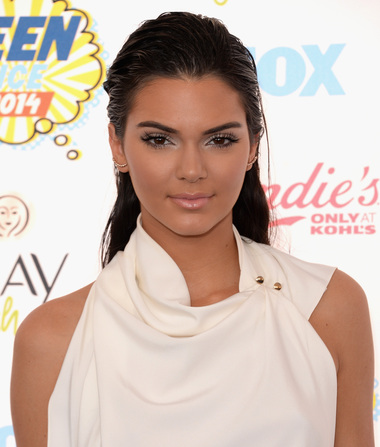 Kendall Jenner Wants Waitress to Issue a 'Sincere Apology' for Slamming Tweet