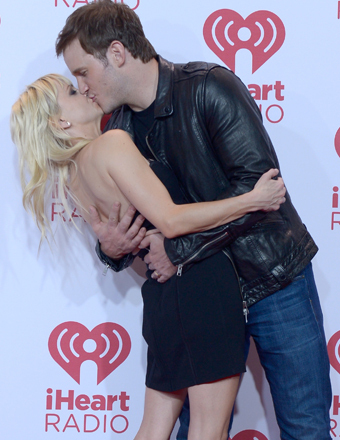 Anna Faris and Chris Pratt shared a passionate kiss in the press room at the iHeartRadio Music Festival in Las Vegas.