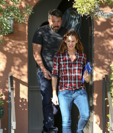 Friendly Exes! Ben Affleck & Jennifer Garner Smile After Visiting…