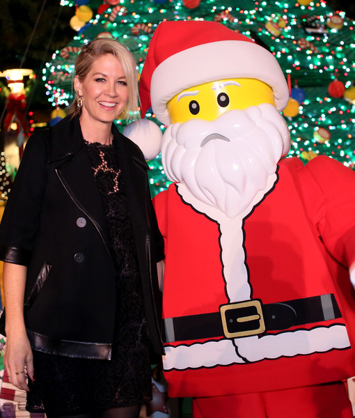 Jenna Elfman Raises Money at Christmas Tree Lighting Ceremony