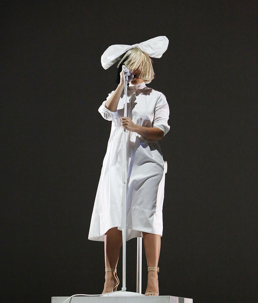 Can You Sia Me Now Reclusive Singer S Face Revealed